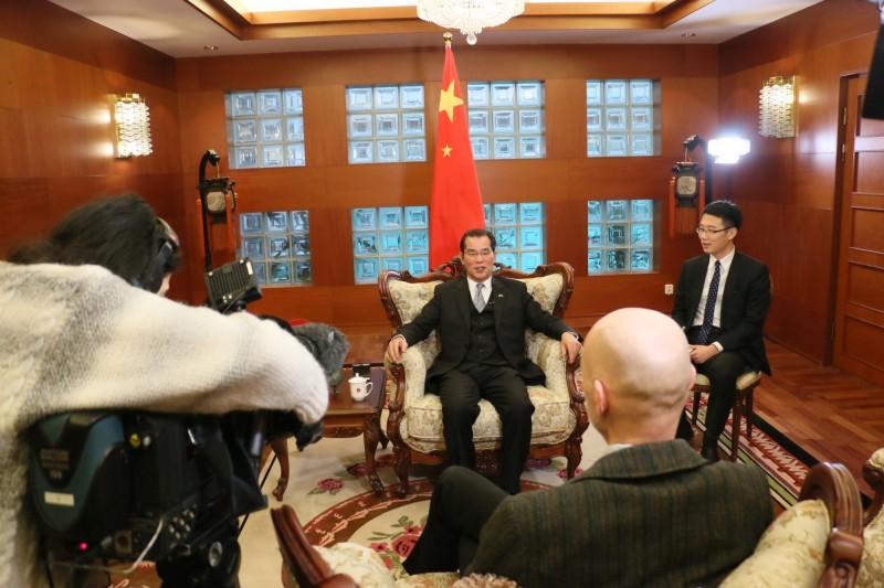 中國駐瑞典大使桂從友(見圖中)日前以拳賽批評瑞典媒體,指稱「像是輕量級選手挑戰中國這個重量級選手」。(圖擷取自中華人民共和國駐瑞典大使館)