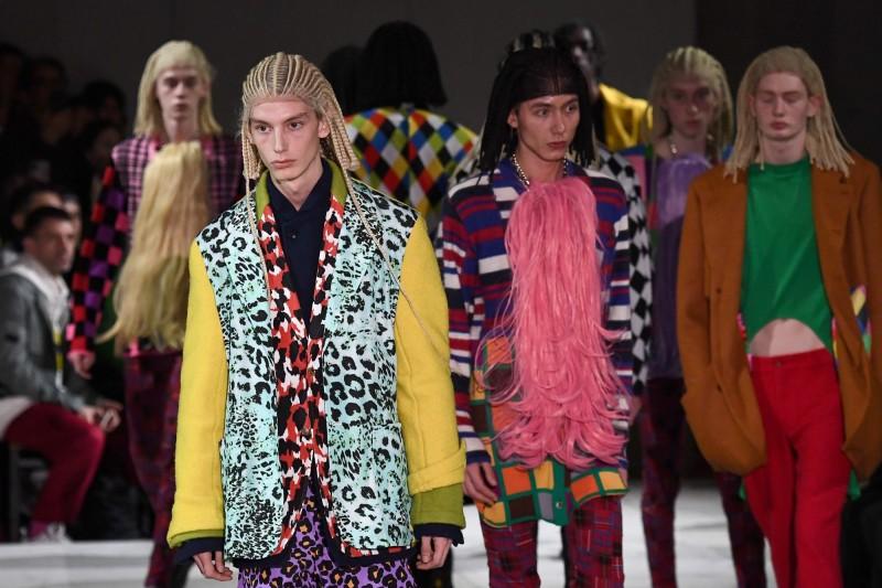 日本知名時尚品牌Comme des Garçons,在巴黎時裝週讓金髮白人男模特戴著「黑人辮」的假髮走秀,引來不少網路和社群媒體的抨擊。(法新社)