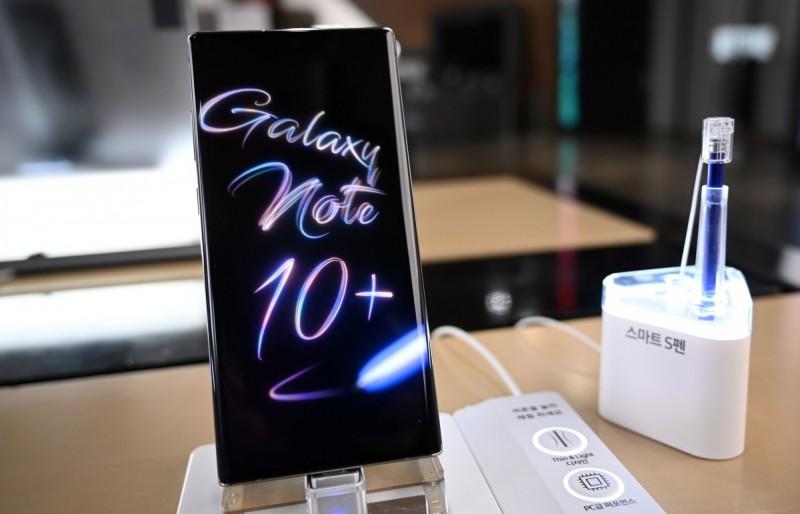 南韓近來傳出男明星的三星Galaxy系列手機個資外洩,對此,三星提醒民眾最好啟用2步驟驗證,以便增加手機資料的安全。三星Galaxy系列手機示意圖。(法新社)