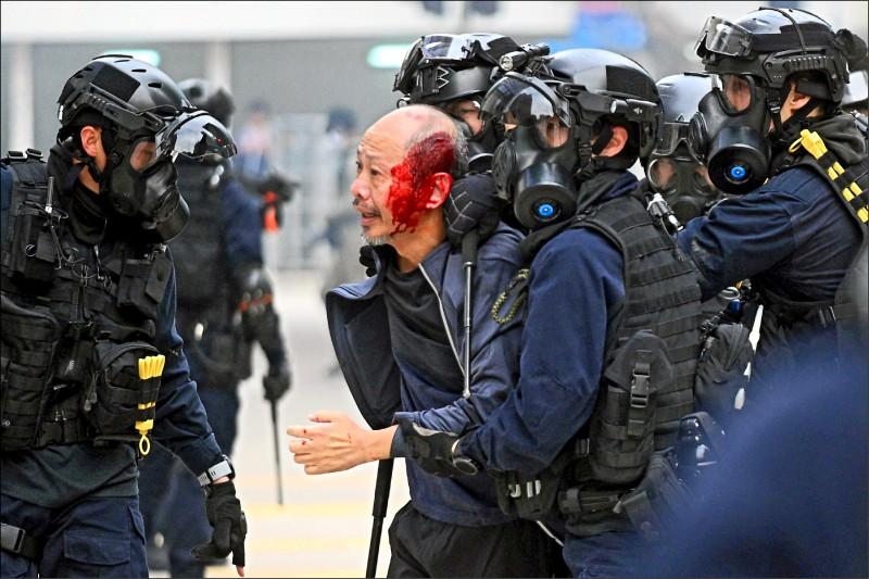 香港警方強行提前解散集會後,開始武力驅離群眾,導致多人受傷流血及被拘捕。(彭博)