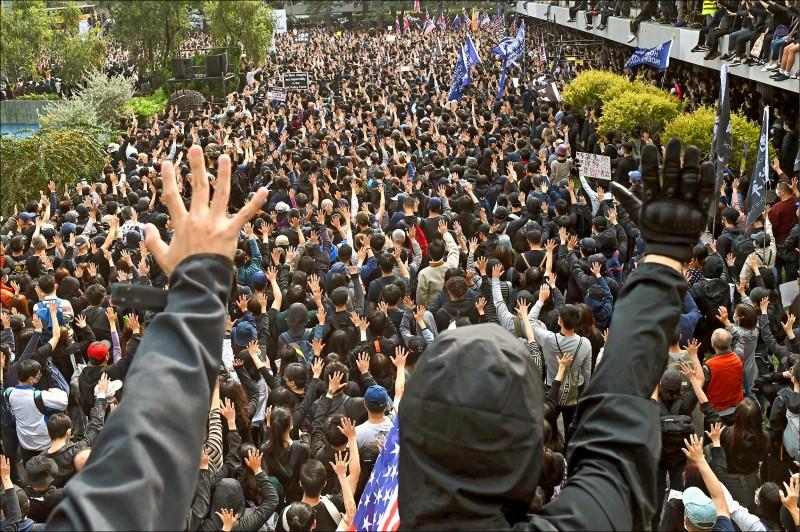香港中環十九日舉行「天下制裁集會」,逾十五萬民眾要求政府落實普選,回應「反送中」五大訴求。(法新社)
