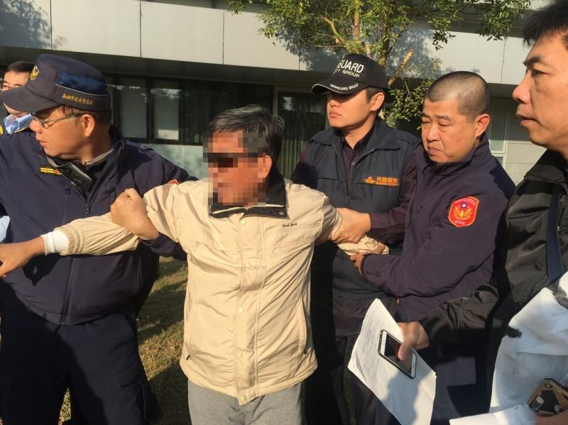 警方當場逮捕李柏融依法送辦。(記者陳文嬋翻攝)