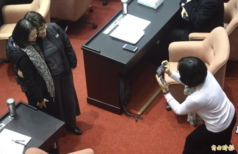 民進黨立委吳思瑤(左)與連任失利的立委蕭美琴(中)合影。(記者簡榮豐攝)