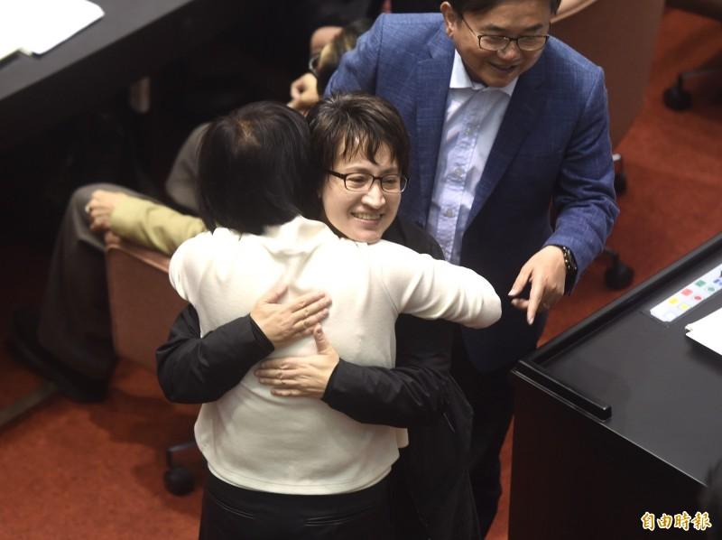 民進黨立委何欣純熱情擁抱連任失利的蕭美琴。(記者簡榮豐攝)