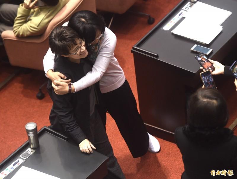 立法院20日最後一次臨時院會,民進黨立委蘇巧慧(中)等輪流與連任失利的立委蕭美琴(左)合影。(記者簡榮豐攝)