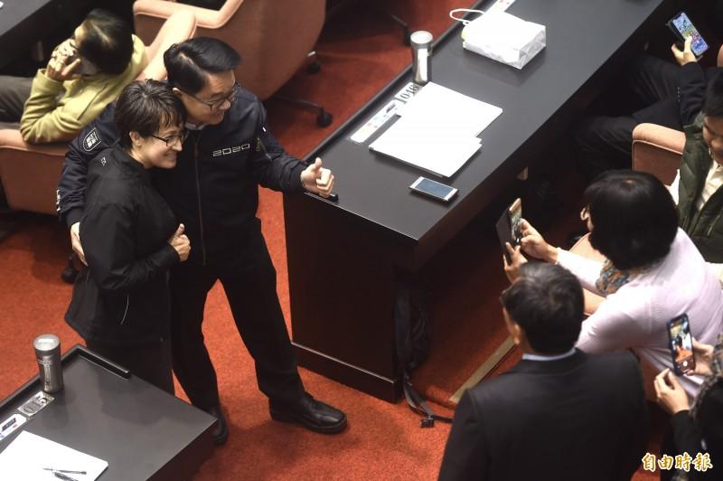 立法院20日最後一次臨時院會,民進黨立委吳秉叡(中)等輪流與連任失利的立委蕭美琴(左)合影。(記者簡榮豐攝)