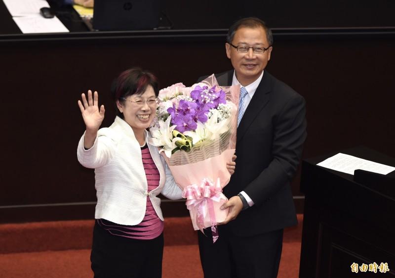 立法院20日最後一次臨時院會,連任失利的國民黨立委吳志揚(右)送花給民進黨立委尤美女(左)。(記者簡榮豐攝)