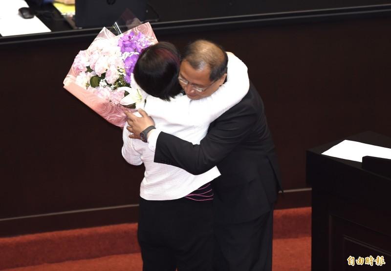立法院20日最後一次臨時院會,連任失利的國民黨立委吳志揚(右)送花給民進黨立委尤美女(左)並給予熱情的擁抱。(記者簡榮豐攝)