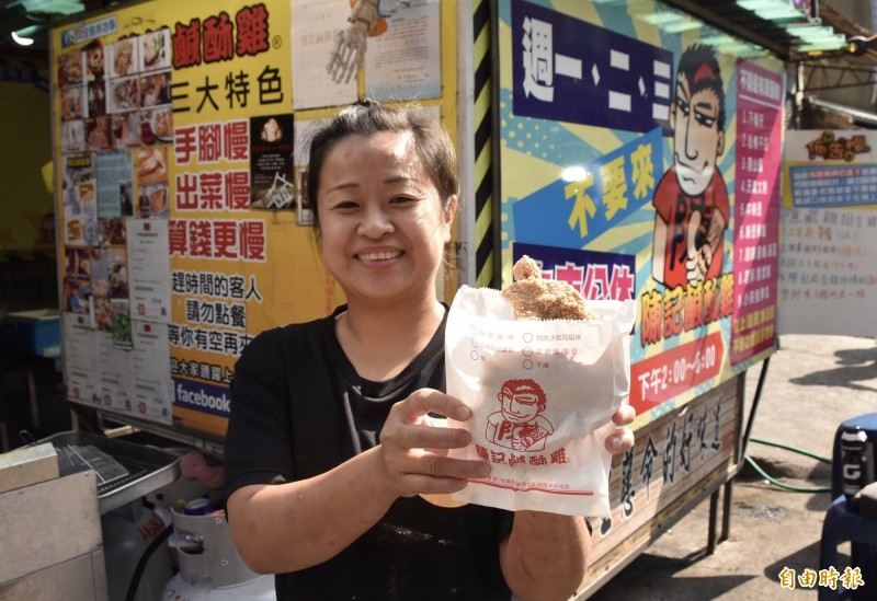 陳記鹹酥雞總店老闆娘示範要發送的現炸雞排。(記者李容萍攝)