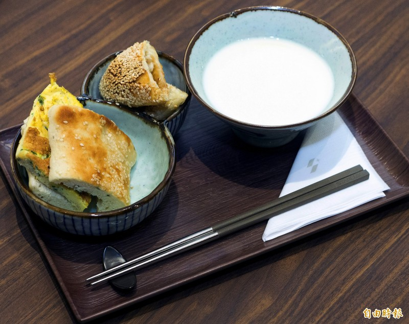 星宇航空Galactic Lounge貴賓室早餐提供高人氣的阜杭豆漿招牌燒餅、焦糖甜餅及豆漿套餐。(記者朱沛雄攝)