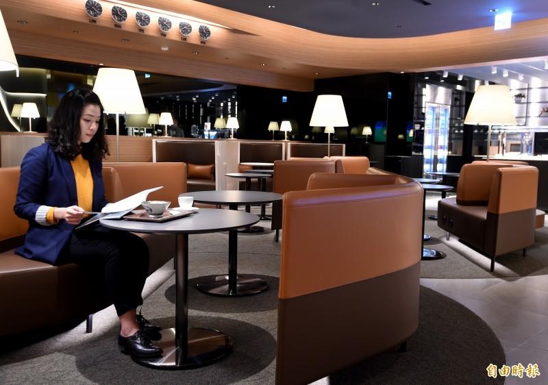 星宇航空貴賓室室內空間以大地色系營造開闊舒適的氛圍,設置寬敞沙發區及包廂式座位區,完整保有個人隱私空間,室內空間使用機上香氛『Home in the air』,延續機上的五感六覺服務,讓台北出發或轉機旅客享有最尊榮的體驗。(記者朱沛雄攝)