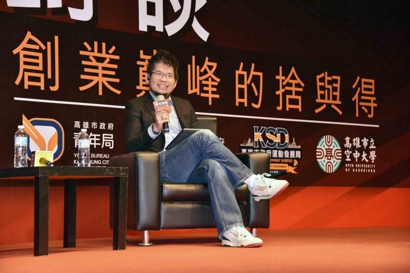 YouTube創辦人陳士駿受高市青年局邀請,以「創業巔峰的捨與得」為題,與青年對談交流。(記者王榮祥翻攝)