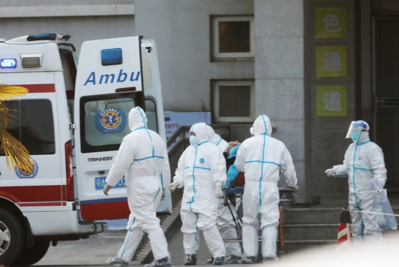 武漢金銀潭醫院醫護人員20日處理轉送來的患者。(歐新社)