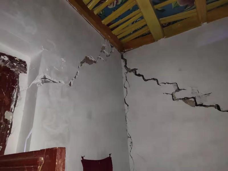 當地政府初步統計,有995間房屋發生輕微裂痕。(美聯社)