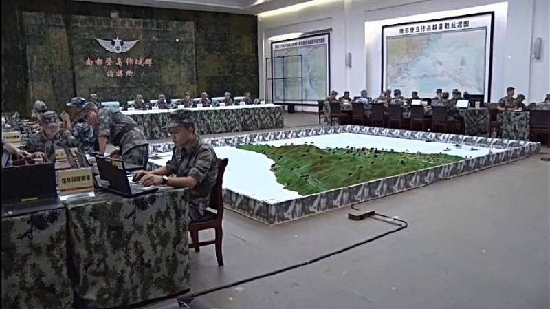 中國解放軍南部登島作戰群指揮所兵推照流出,牆上有攻台航渡圖,解放軍模擬攻打金門、澎湖與南台灣的路線。(圖取自微博)