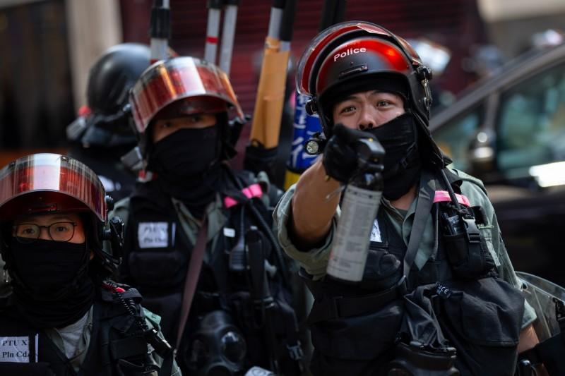 香港記者昨晚在警方驅離行動中被推倒,甚至有多名記者被港警用胡椒噴霧噴中。(歐新社)