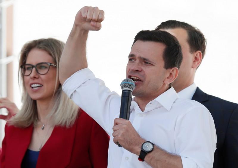 俄國反對派今(20)日痛批普廷修憲是為「永世統治」鋪路,宣布2月底將號召大型抗爭,阻止普廷修憲。圖會反對派政治家雅欣(右)。(路透)