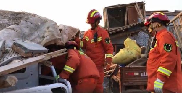 新疆救災隊伍在斷垣殘壁找尋是否有民眾受困。(圖取自微博)