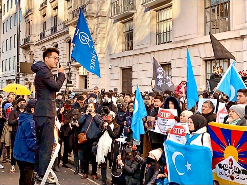 前英國駐香港總領事館雇員鄭文傑,十九日現身倫敦的中國駐英國大使館外示威。(取自鄭文傑臉書)