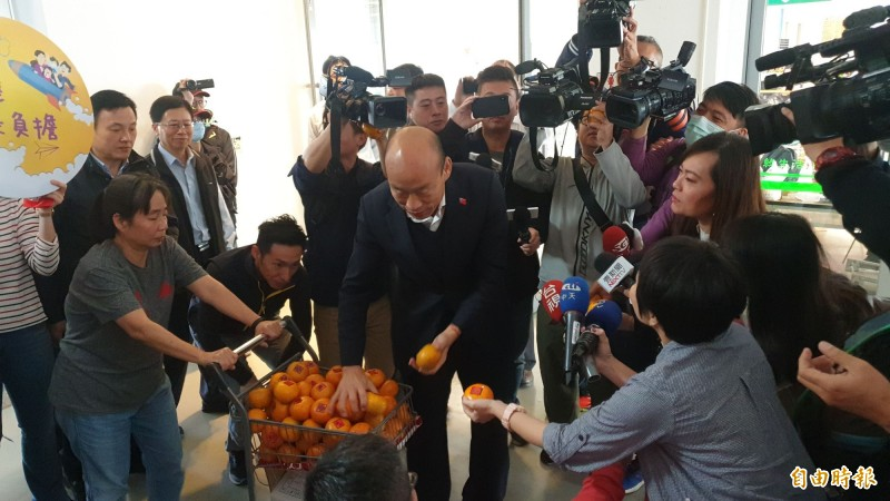 韓國瑜發橘子給記者。(記者黃旭磊攝)