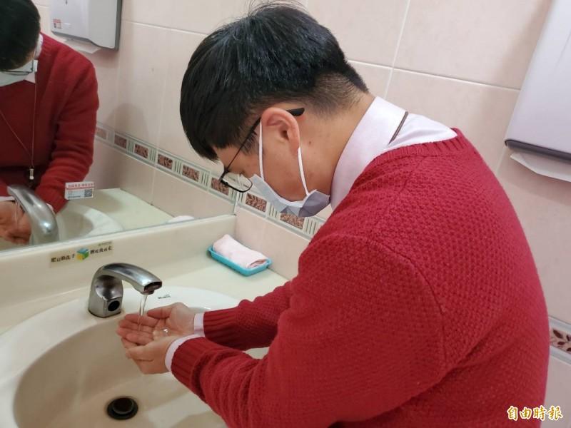 醫師提醒,預防2019新型冠狀病毒,就要戴口罩、勤洗手。(記者林惠琴攝)