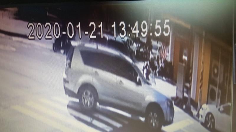陳姓通緝犯開自小客貨遭警方追逐攔查逃逸中。(記者丁偉杰翻攝)