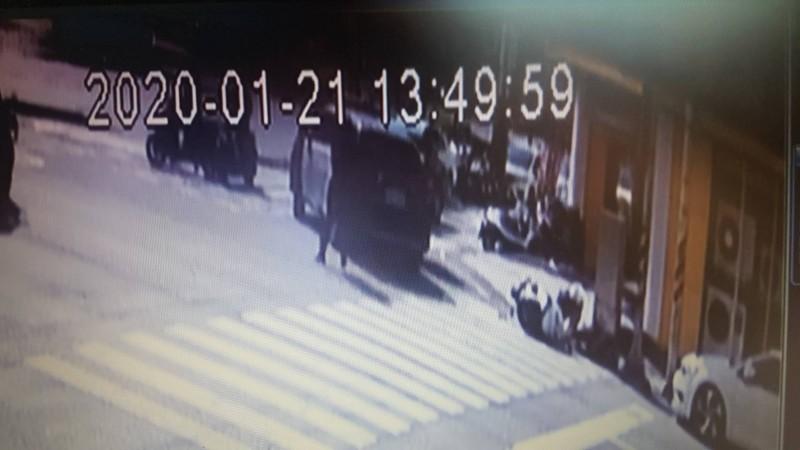 長榮派出所女警蘇靖雅騎機車趕赴支援時,遭陳嫌開車逃逸時撞倒。(記者丁偉杰翻攝)