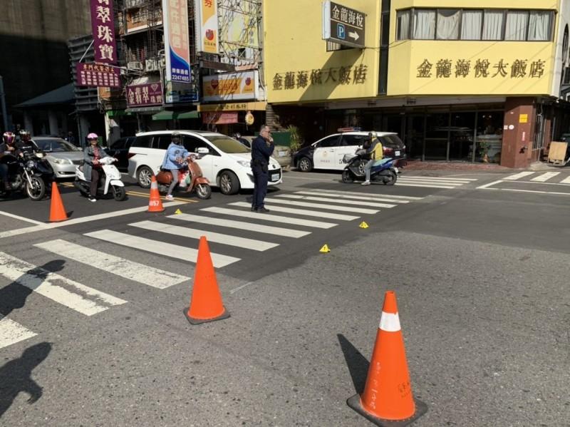 警方開槍追捕鄭嫌現場立起警示錐。(記者丁偉杰翻攝)