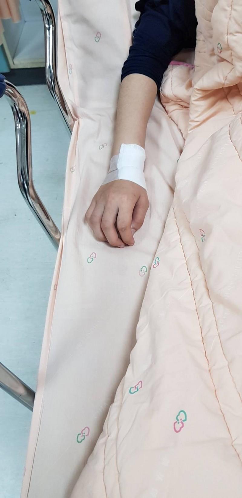 女警蘇靖雅被撞倒,右手及左腳受傷就醫。(記者丁偉杰翻攝)
