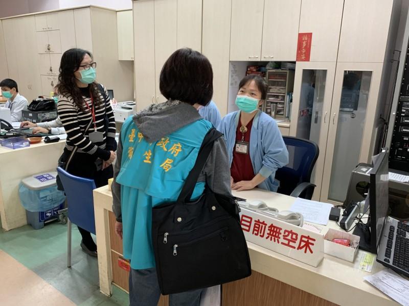 台中市衛生局人員到醫院查核類流感診間設置與就診動線。(台中市衛生局提供)