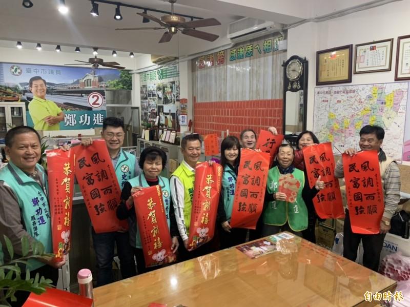 民進黨議員鄭功進說小英春聯非常搶手。(記者唐在馨攝)