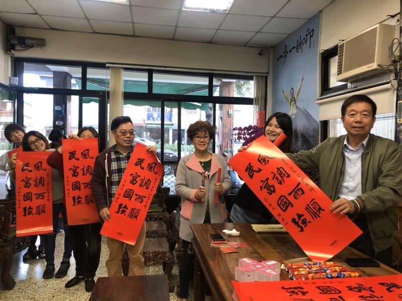 民進黨議員何文海說小英春聯已經追加還是快要不夠了。(何文海服務處提供)