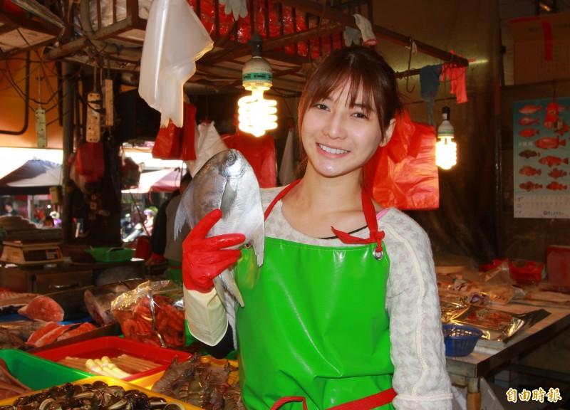 阿澎全身包得緊緊,臉上胭脂未施就趕來菜市場賣魚。(記者陳冠備攝)