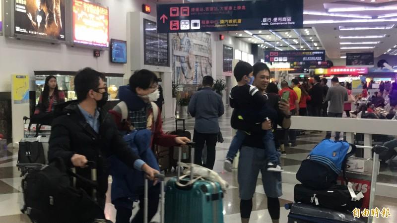有些機場旅客戴上N95口罩,相當謹慎。(記者洪臣宏攝)