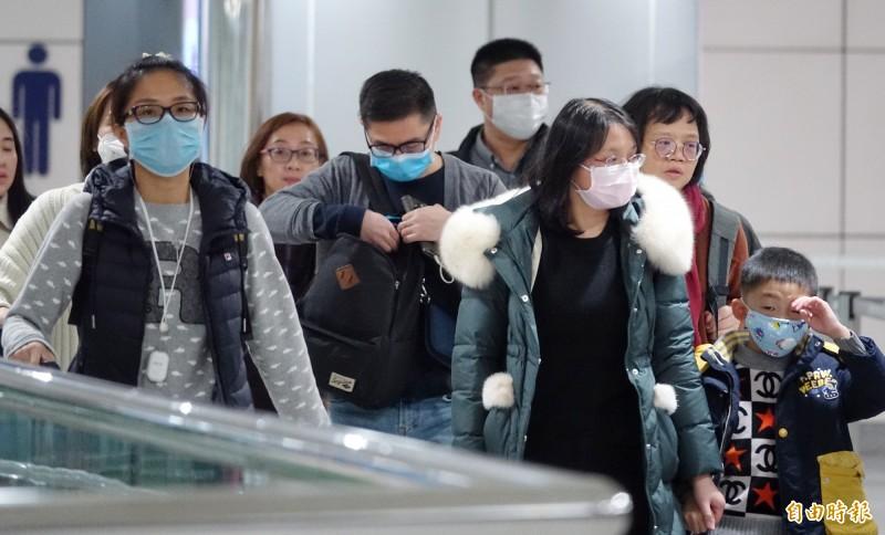 一名在武漢工作的女子返台後確診為中國武漢2019新型冠狀病毒肺炎病例,不少入境旅客戴上口罩等防護措施。(記者劉信德攝)