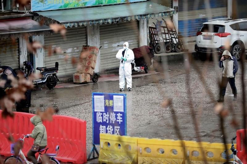 WHO正在武漢調查當地爆發的新型肺炎疫情,原先認為僅「有限度人傳人」,現改口恐存在「持續人傳人」狀況。(路透)