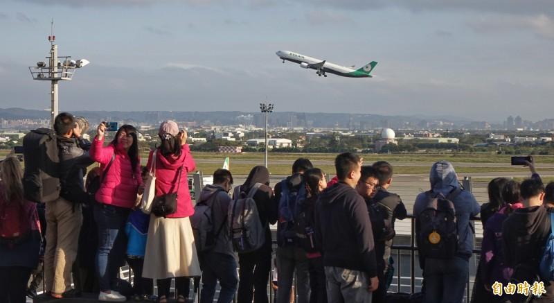 桃園機場旅客再創新高,圖為觀景台啟用,民眾近距離體驗飛機起降震撼感受。(資料照,記者劉信德攝)