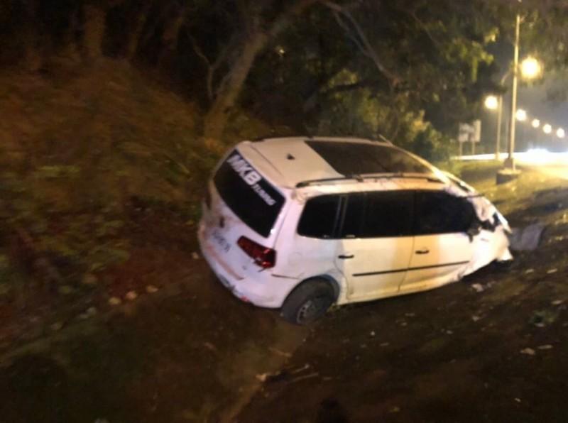 今晚7點多,國道3號關西路段1輛白色自小客失控,駕駛被拋出車外,遭後方車撞擊當場慘死。(新竹縣府消防局提供)