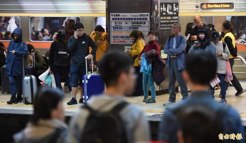 武漢疫情持續擴張,台鐵表示將透過車站及車廂廣播系統、LED燈加強宣導,若發現疑似案例發生,將立即對所有經過車站及設施進行清潔、消毒。(資料照)