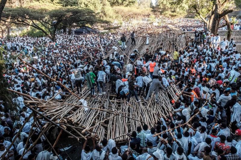 衣索比亞20日舉行東正教慶典蒂姆卡特(Timkat),木製觀眾席突然崩塌導致10人死亡、上百人受傷。(法新社)