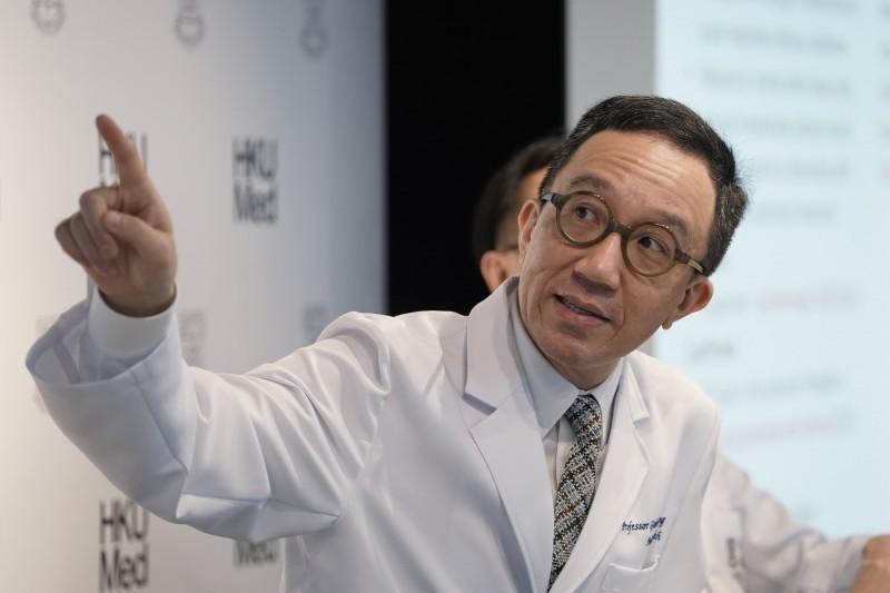 香港大學醫學院世衛傳染病流行病學及控制合作中心今(21)日舉辦記者會,推算目前武漢最大可能已有1343宗確診個案,新春期間可能輸出1、2宗至國外。(美聯社)