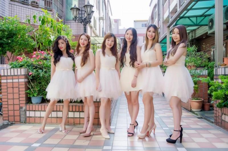 有女網友分享自己的「最美伴娘團」,只見6名正妹一字排開,露出甜美笑容,許多男網友瘋喊「我全部都要」。(圖擷取自臉書《爆廢公社二館》)