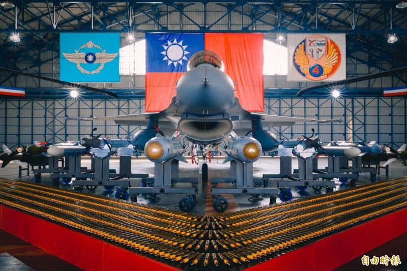 總統蔡英文赴空軍第四聯隊進行春節慰勉,並聽取F-16V接裝換訓簡報。圖為現場F-16V。(記者黃欣柏攝)
