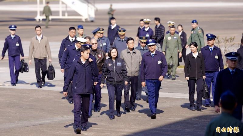 總統蔡英文今天上午到位於嘉義的空軍第四戰術戰鬥機聯隊進行春節慰勉。(記者黃欣柏攝)