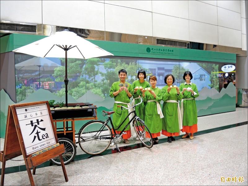 坪林茶業博物館「行動奉茶車」到桃園國際機場奉茶迎賓。(記者周湘芸攝)