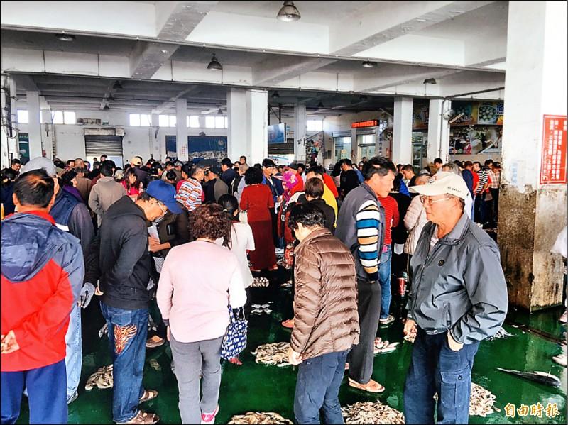 農曆過年將屆,東石魚市場買氣很旺。(記者蔡宗勳攝)