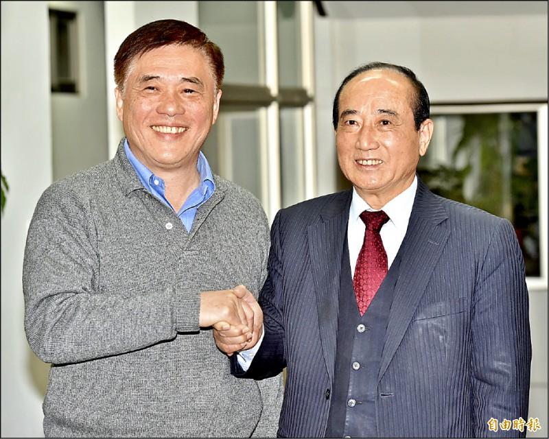 國民黨前副主席郝龍斌(左)宣布參選黨主席,昨拜會前立法院長王金平爭取支持。(記者塗建榮攝)