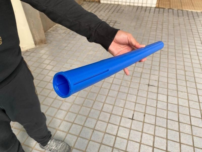 國中游泳隊教練被控拿空心船漿柄處罰男學生阿璋。(記者王俊忠翻攝)