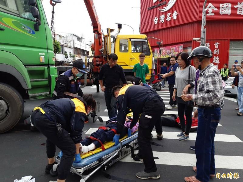 救護人員將受困老婦救出送醫。(記者陳賢義攝)