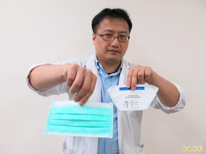 豐原醫院急診室主任林技政解釋口罩類型。(記者張軒哲攝)